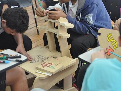 Realizado na Escola Estadual Ordania Janone Crespo, juntos construímos um novo mobiliário escolar, de baixo custo e fácil montagem.
